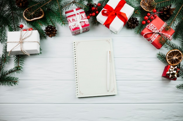 Notizbuch nahe dem weihnachtszweig