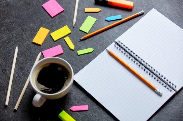 Notizbuch, notizen und bleistifte auf grauem tisch