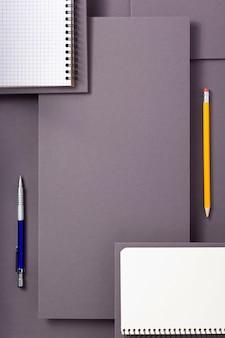 Notizbuch oder notizblock auf abstraktem grauem papierhintergrund, minimalistischer konzeptstil
