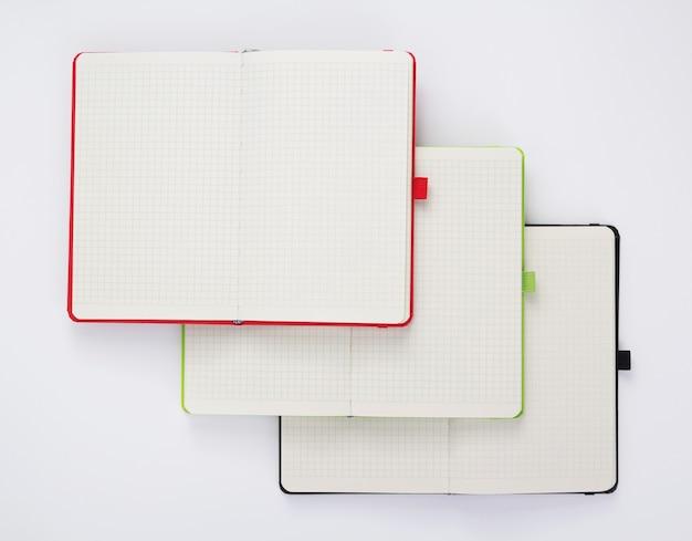 Notizbuch oder notizblock auf weißem hintergrund, ansicht von oben
