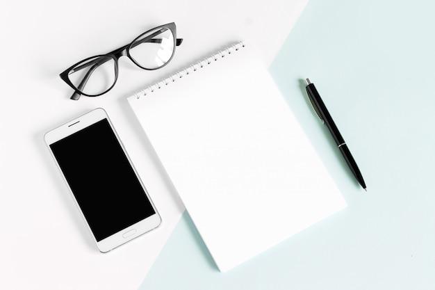 Notizbuch, stift, augengläser, anlage auf einem weiß. flache lage, draufsicht, copyspace.