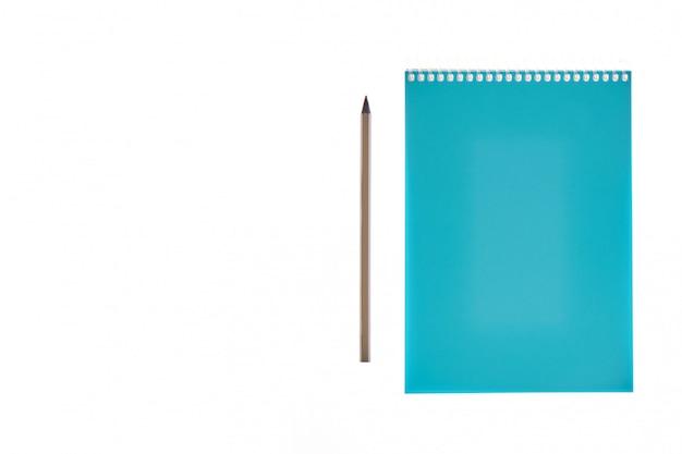 Notizbuch und bleistift auf weißem hintergrund