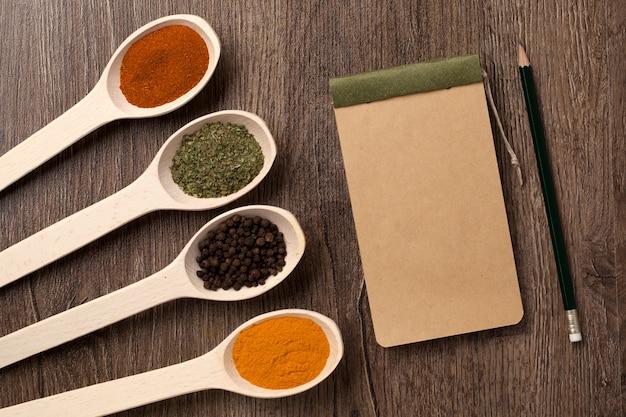 Notizbuch und bleistift für rezepte