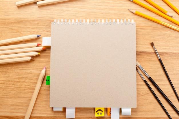 Notizbuch und bleistifte