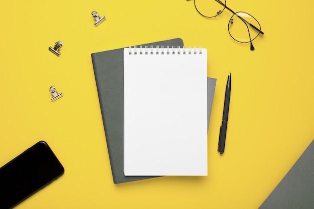 Notizbuch und brille