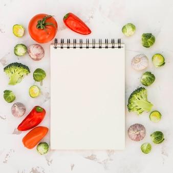 Notizbuch und gemüse