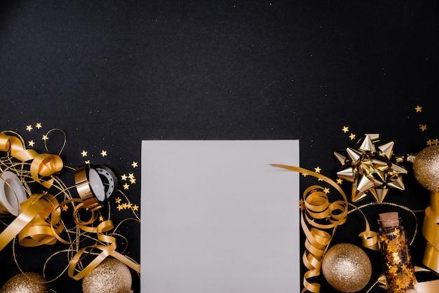 Notizbuch und geschenkbox mit goldenem bogen auf schwarzem