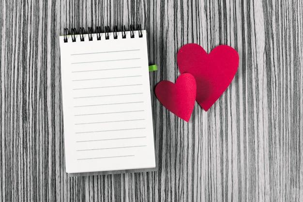 Notizbuch und herzen