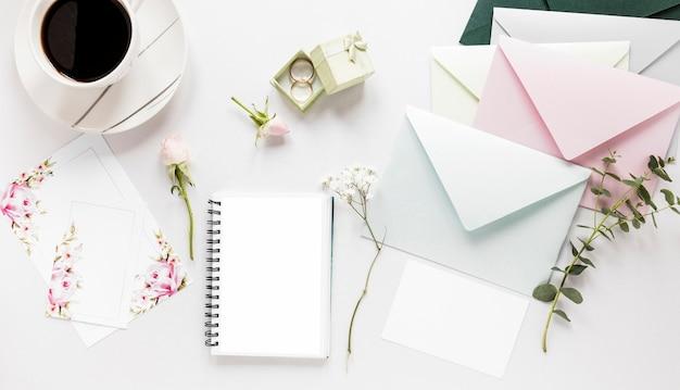 Notizbuch und hochzeitseinladung