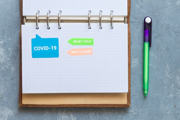 Notizbuch und notizpapier auf einem gewachsenen hintergrund