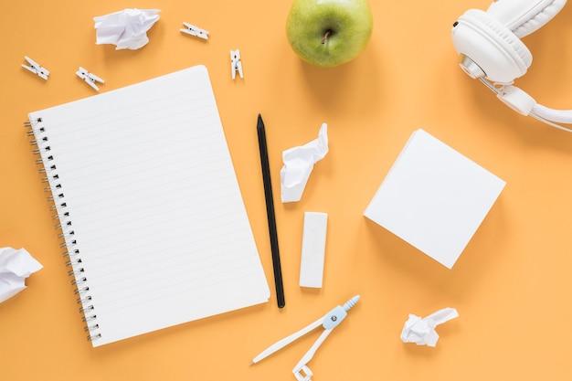Notizbuch- und papierauflagen auf tabelle