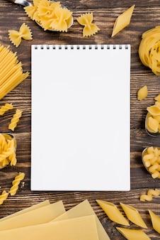 Notizbuch und pasta