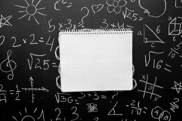 Notizbuch und pensil auf einem schwarzen hintergrund.