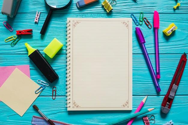 Notizbuch und schulmaterial