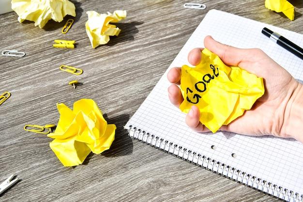 Notizbuch und stift auf einem holztisch