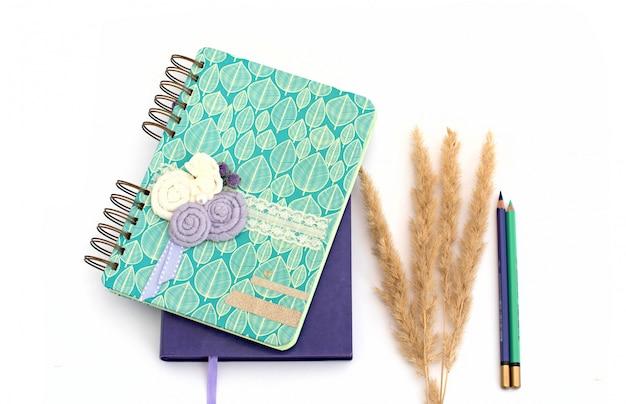 Notizbuch und stift auf weißem hintergrund