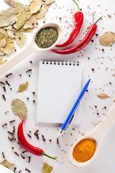 Notizbuch und stift zum schreiben von rezepten