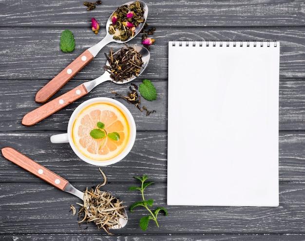 Notizbuch und zitronentee und honig