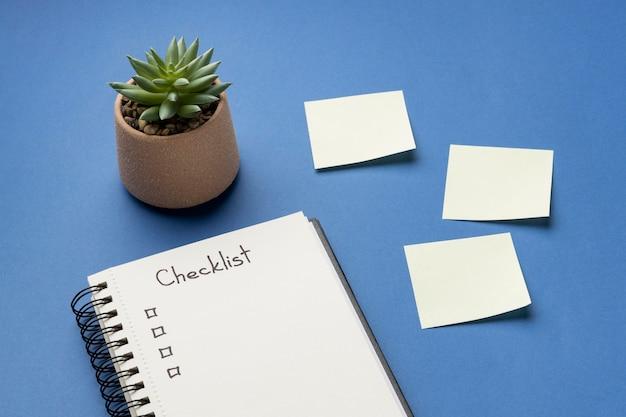 Notizbuch von oben mit checkliste auf dem schreibtisch