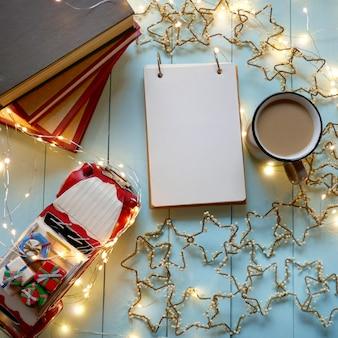 Notizbuch, zum der liste auf weihnachtsdekoration zu tun