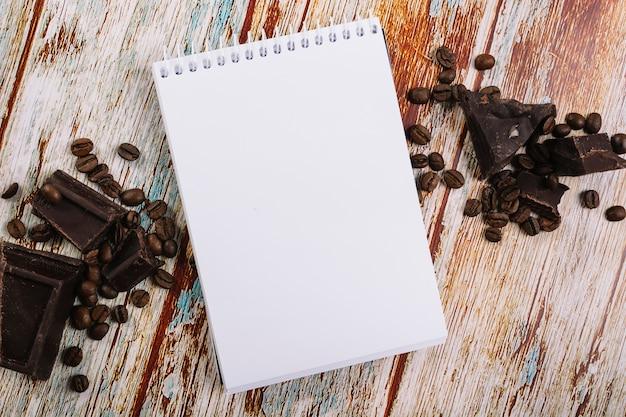 Notizbuch zwischen schokolade und kaffee