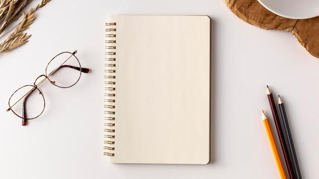 Notizbuchkonzept von oben mit kopierraum