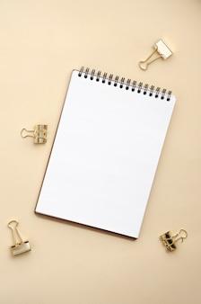 Notizbuchmodell für grafikdesign auf beigem hintergrund