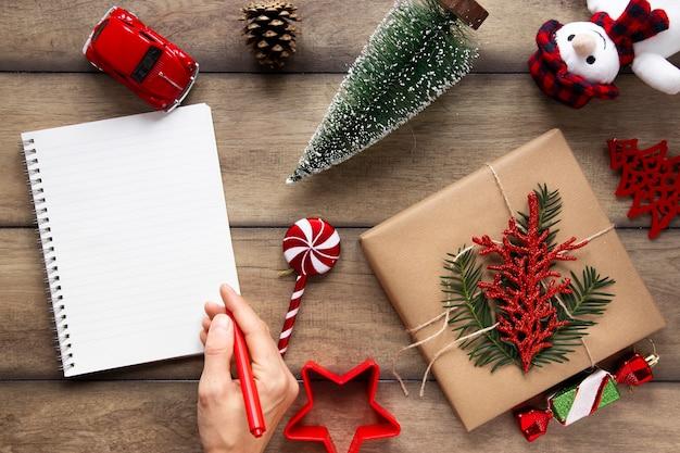 Notizbuchmodell mit weihnachtsdekorationen