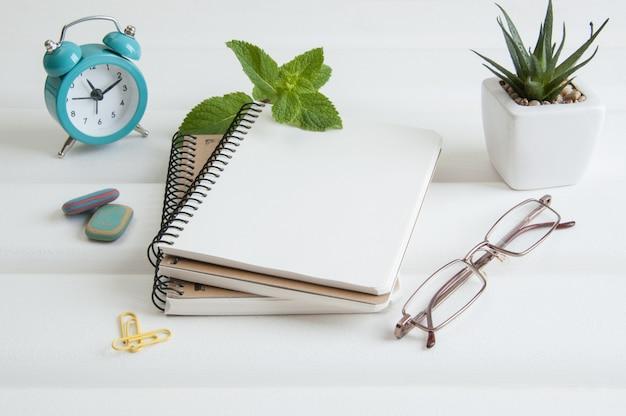 Notizbücher auf weißem hölzernem hintergrund