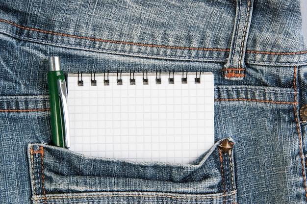 Notizbücher und stift in der tasche