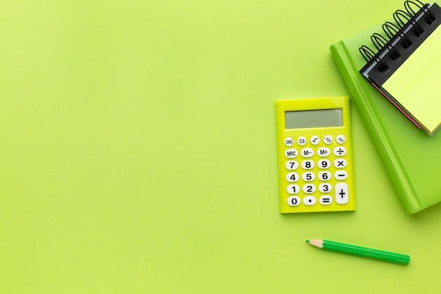 Notizbücher und taschenrechner in draufsicht