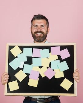 Notizen-aufkleber-management-beschäftigungsgeschäftserinnerung und menschenkonzept fröhlich gut aussehend