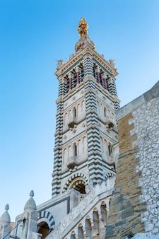 Notre dame cathedral in marseille gegen einen hellen blauen himmel. vertikale.