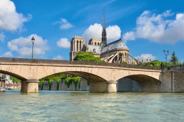 Notre dame cathedral in paris im frühjahr