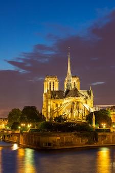 Notre dame cathedral paris abenddämmerung