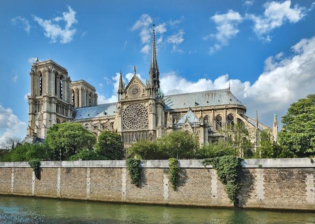 Notre-dame de paris, frankreich entlang der seine. vor 2019 schuss mit intaktem helm