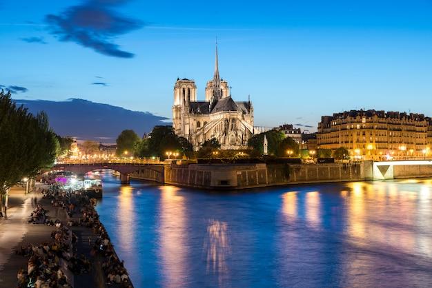 Notre dame de paris mit kreuzschiff auf der seine nachts in paris, frankreich