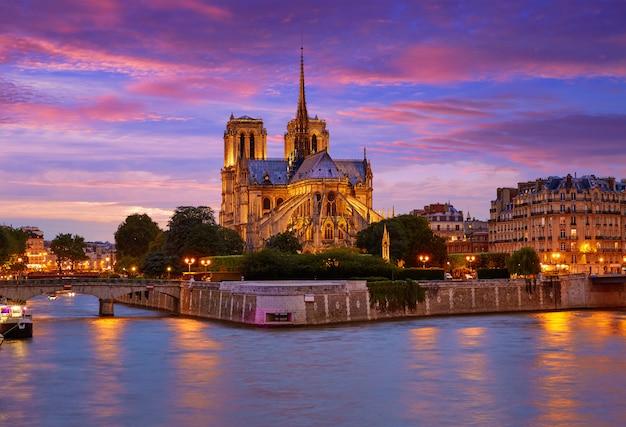 Notre dame-kathedrale paris-sonnenuntergang bei der seine