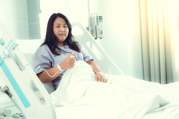 Notrufknopf der krankenschwester im krankenzimmer. notfallboden für patienten auf dem bett in der krankenstation. gesundheitskonzept