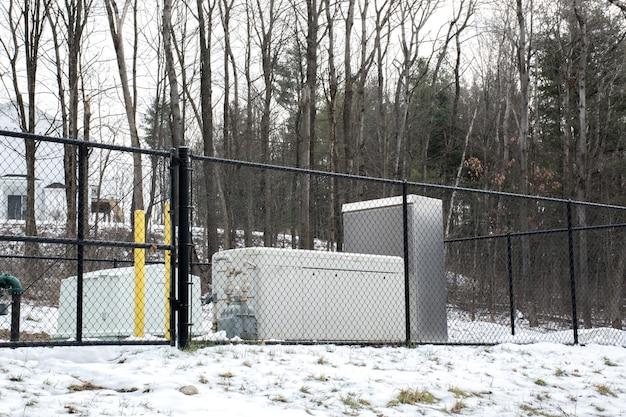 Notstromaggregat zur unterbrechungsfreien stromversorgung hinter metallzaun