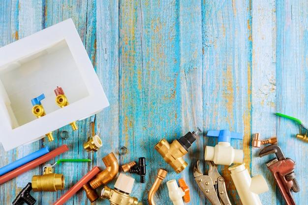 Notwendiger satz von werkzeugen für sanitärwerkzeuge, die für den meister unverzichtbar sind.