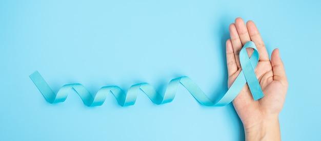 November prostatakrebs-bewusstseinsmonat, mann, der hellblaues band hält, um lebende menschen und krankheit zu unterstützen. gesundheitswesen, internationale männer, vater, weltkrebstag und weltdiabetestagskonzept