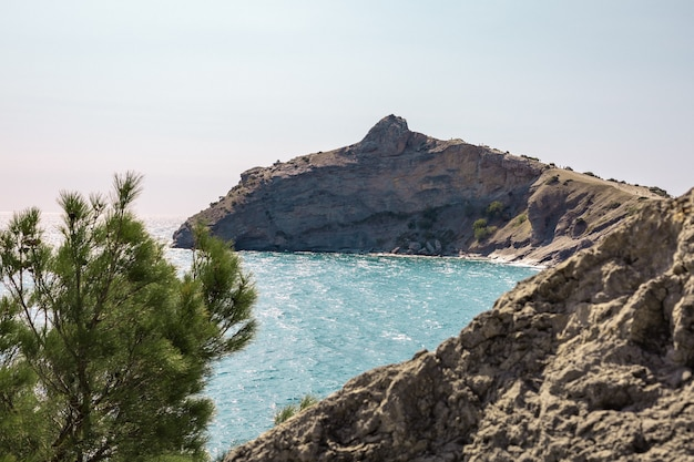 Novyi svit, krim, sudak. kap namens kapchik, meer ist schwarzes meer. schöne landschaft mit blick auf berge, meer, wald