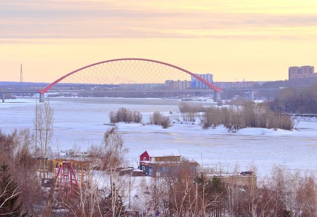 Nowosibirsk sibirien russland18122020 abend auf dem ob winterkai das eis auf dem fluss