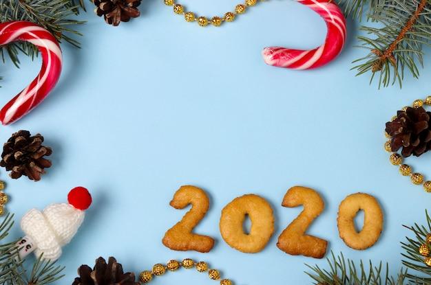 Nr. 2020 frohe weihnachten von der draufsicht der lebkuchenplätzchen, blauer hintergrund