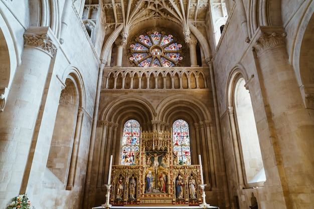 Nterior der universitätskirche st. mary the virgin. es ist die größte pfarrkirche von oxford und das zentrum