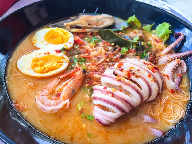 Nudel-meeresfrüchte-suppe. nudeln in thailand. asien essen.