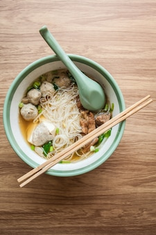 Nudel und suppe mit fleischbällchen schweinefleisch und tofu asiatisches essen im restaurant