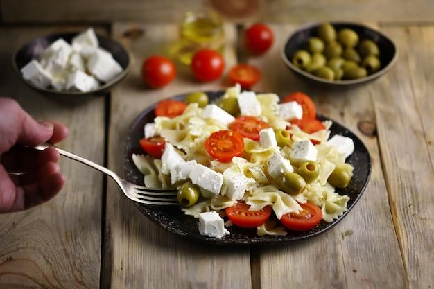Nudelbögen mit feta und oliven.