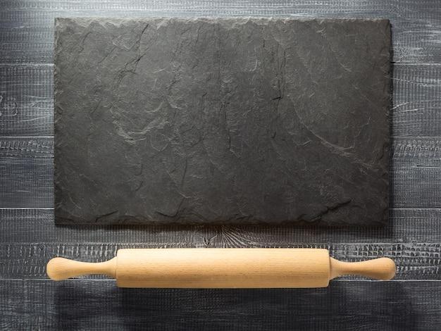 Nudelholz auf hölzerner hintergrundbeschaffenheit